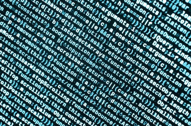 Escrevendo código de programação no laptop