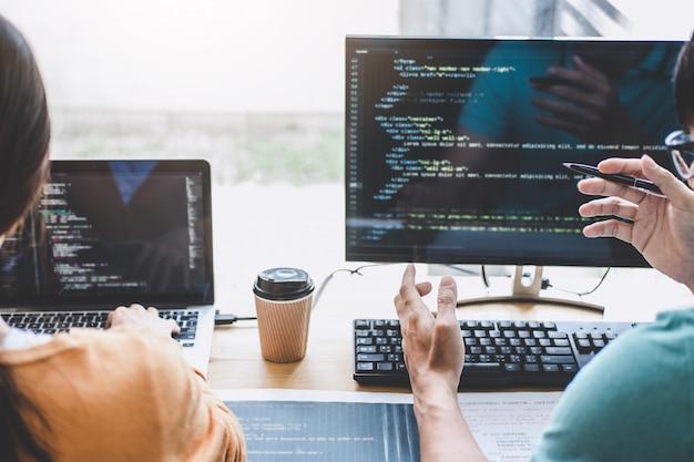 Escrevendo códigos e digitando tecnologia de código de dados, programador cooperando trabalhando em projeto de web site em um software de desenvolvimento em computador de mesa na empresa, programação com html, php e javascript
