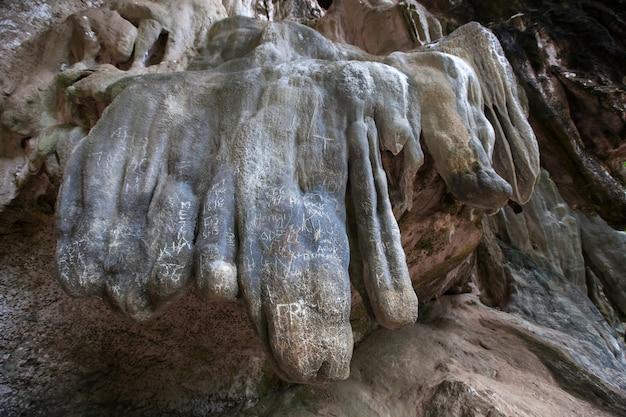 Escrevendo em pedra na caverna por humano inconsciente.