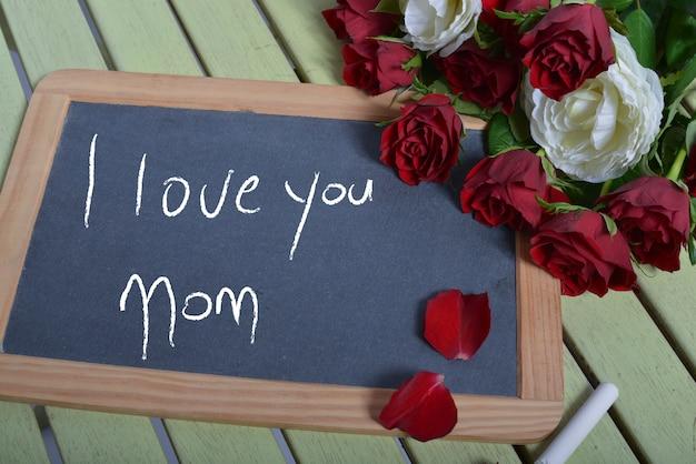 Escrevendo eu te amo mãe na lousa