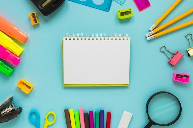 Escrevendo implementos colocados em círculo com o bloco no meio
