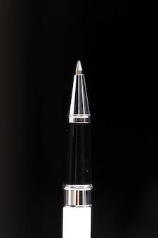 Escrevendo nó de uma caneta esferográfica de perto