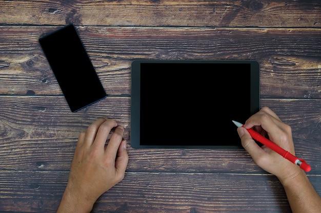 Escrevendo no tablet.