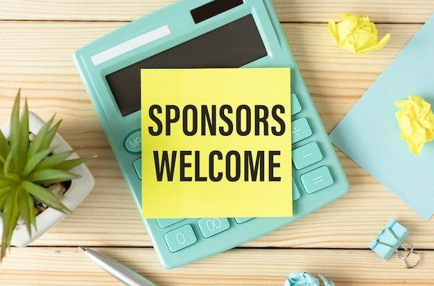 Escrevendo nota mostrando as boas-vindas aos patrocinadores. foto da empresa mostrando o pagamento de algumas ou todas as despesas relacionadas