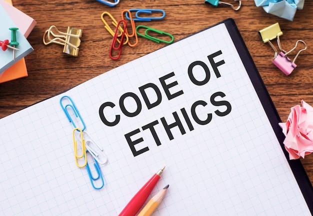 Escrevendo nota mostrando o código de ética. negócios apresentando regras morais, integridade ética, honestidade, bom procedimento