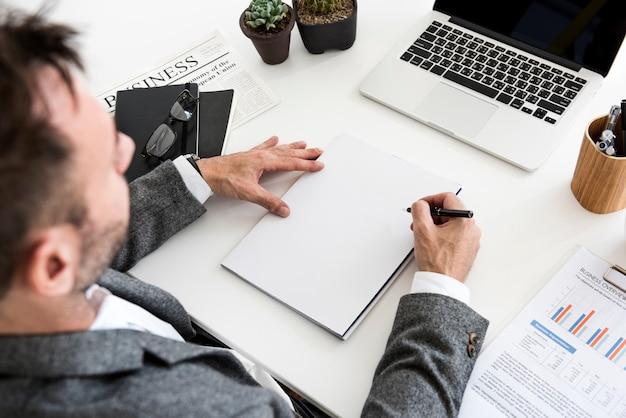 Escrevendo notas notebook trabalhando trabalhando