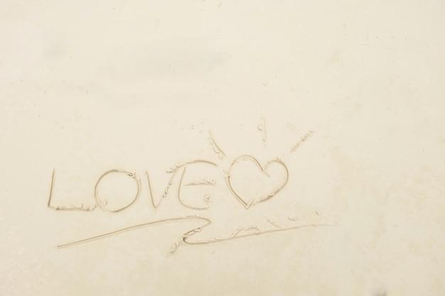 Escrevendo o amor na praia para copiar o espaço