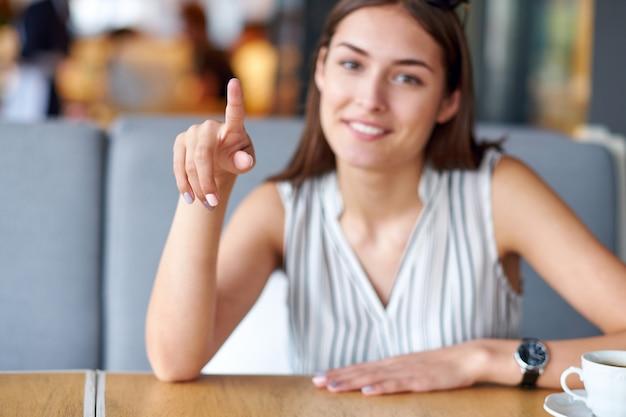 Escrevendo o dedo no ar ou no botão. mulher segurando flutuante render apresentação de inicialização.