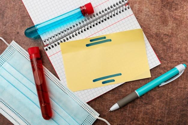 Escrevendo testes de laboratório de medicamentos de prescrição, analisando vírus, tomando notas científicas importantes ...