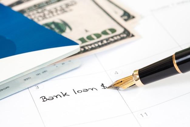 Escrevendo texto de banco solitário no livro de lembrete