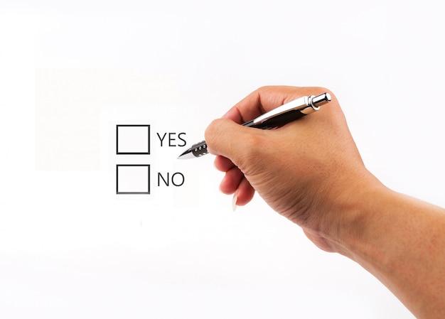 Escrever lista de verificação com as opções de sim ou não na tela em branco.