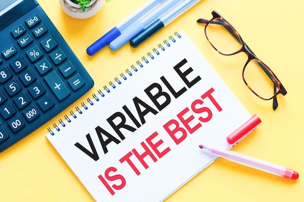 Escrever texto mostrando variável é o melhor. o texto do word variável é o melhor em cartão de papel branco, letras vermelhas e pretas. conceito de negócios e educação.