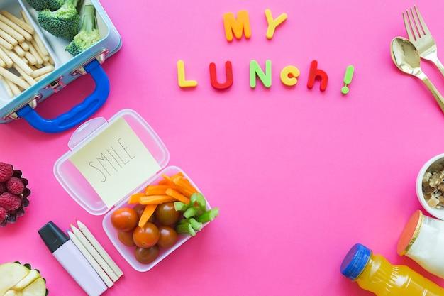Escrita colorida perto de comida de almoço