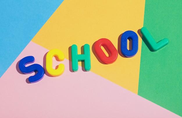 Escrita da escola em um fundo pastel colorido.