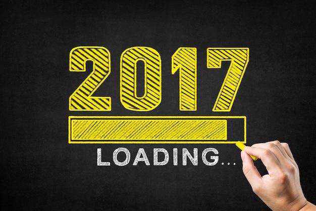 Escrita da mão em um quadro-negro o ano de 2017 com uma barra de carga