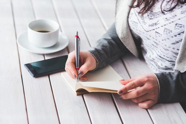 Escrita da mulher em um diário