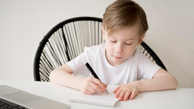 Escrita de criança destra vista frontal