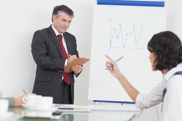 Escrita de empresário na área de transferência no escritório