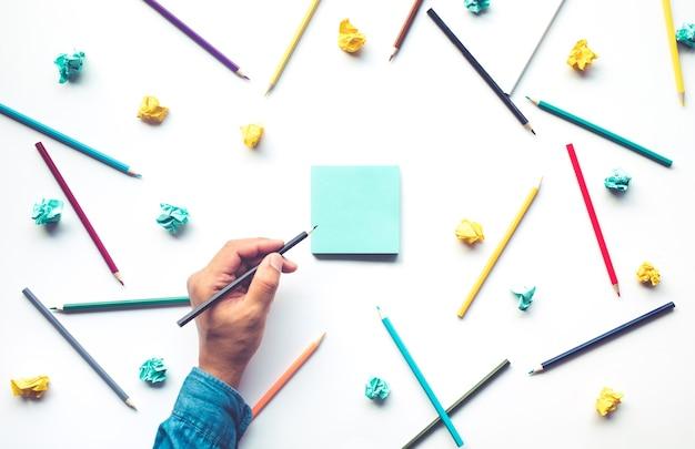 Escrita de mão masculina em papel para cartas com lápis colorido sobre fundo branco.