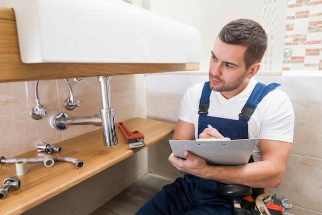 Escrita de técnico sanitário em tablet