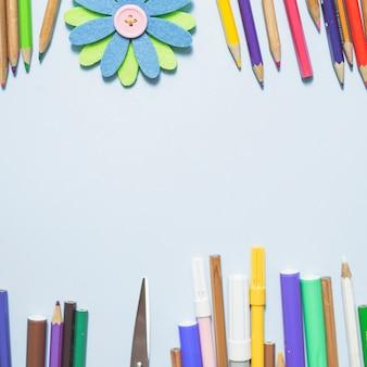 Escrita multicolorida implementa com flor de origami