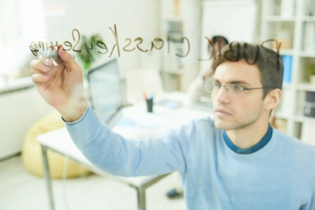 Escrita profissional de ti na parede de vidro