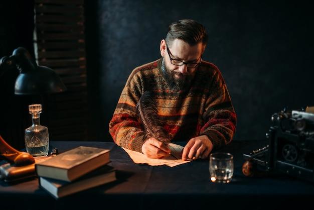 Escritor barbudo de óculos escrevendo com uma pena