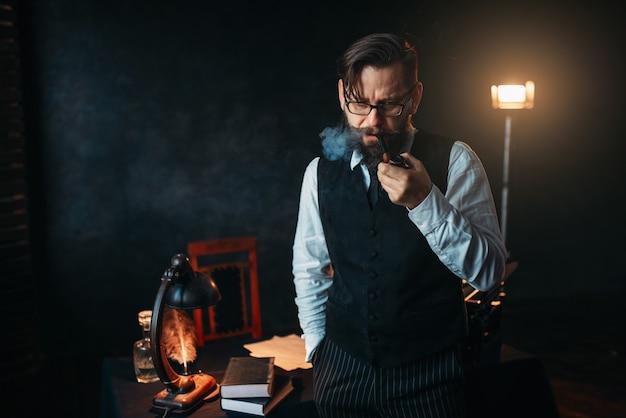 Escritor barbudo sério de óculos fumando cachimbo