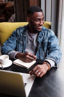 Escritor bonito olhando para longe