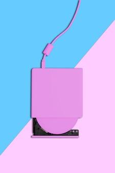 Escritor de dvd portátil slim rosa sobre fundo azul e rosa