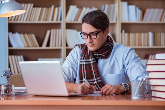 Escritor de livro jovem escrevendo na biblioteca