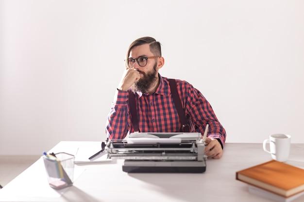 Escritor de pessoas e jovem escritor elegante de conceito moderno trabalhando na máquina de escrever