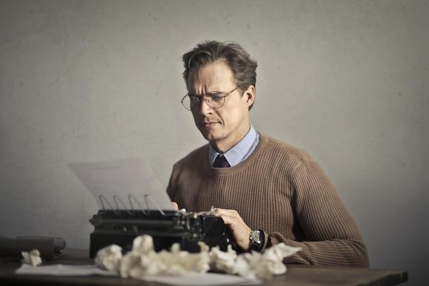 Escritor trabalhando em uma máquina de escrever
