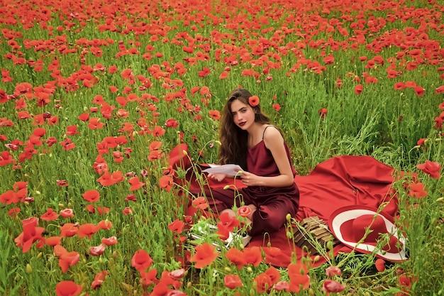 Escritora de mulher no campo de flores de papoula. lembrança ou dia anzac. jornalismo e redação.
