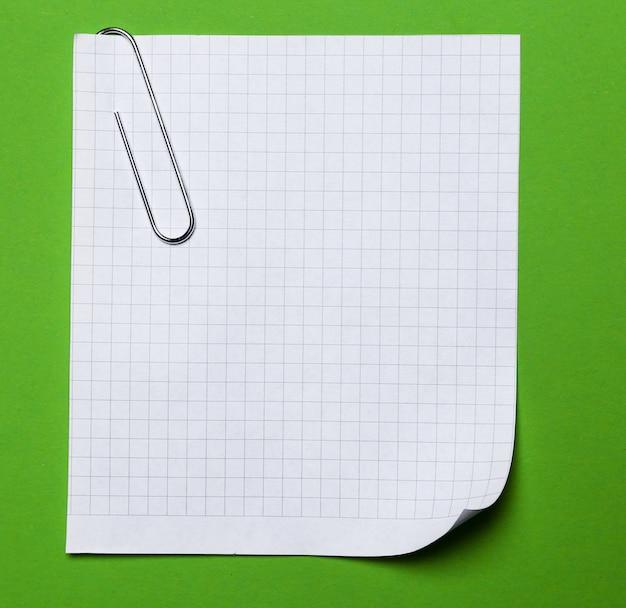 Escritório. clipe de papel com um papel na mesa