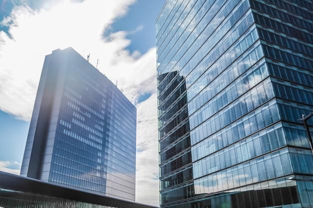 Escritório comercial de arranha-céus do windows