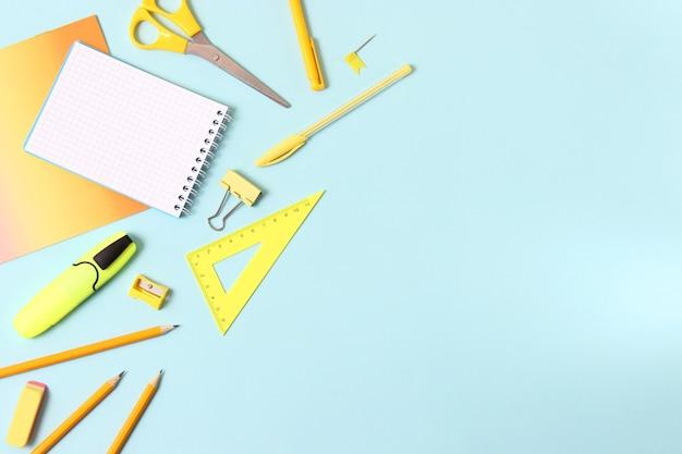 Escritório da escola em um plano de fundo colorido vista de cima do escritório escritório do aluno