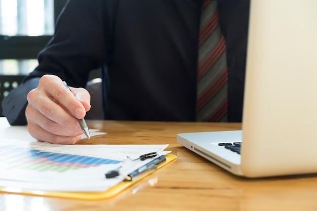 Escritório de caneta escritório contabilista de pessoas equilibradas