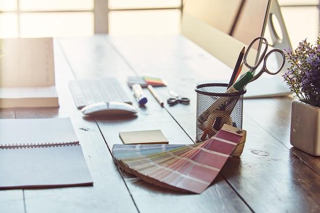 Escritório de escritório com materiais de trabalho diferentes e necessários