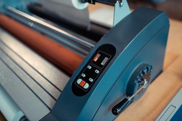 Escritório de impressão de livros. vista superior da técnica de impressão moderna na sala de impressão de livros
