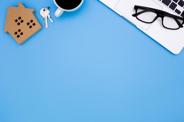 Escritório de mesa azul com laptop, conceito de mesa de escritório venda em casa,