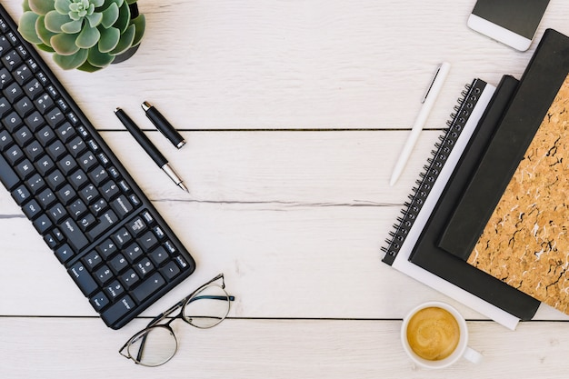 Escritório de mesa com objetos