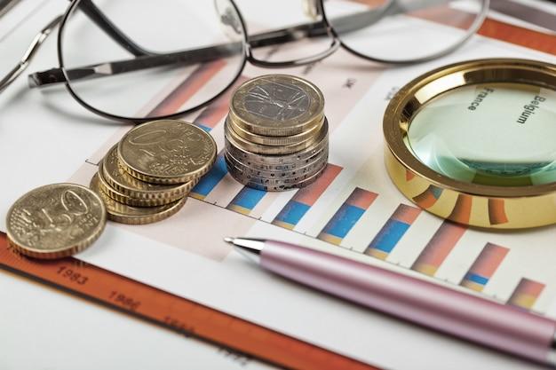 Escritório de objetos de negócios expandido em composição sobre uma mesa