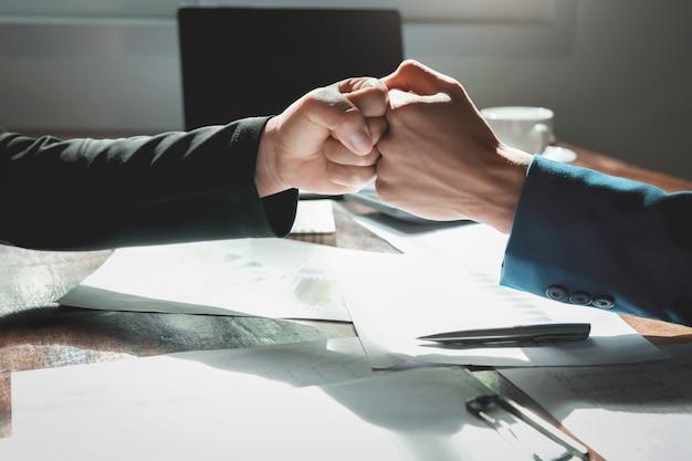 Escritório do conceito do trabalho em equipe do homem de negócios da colisão do punho