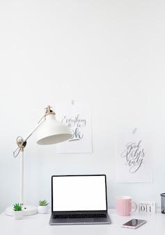 Escritório doméstico de mesa de freelancer