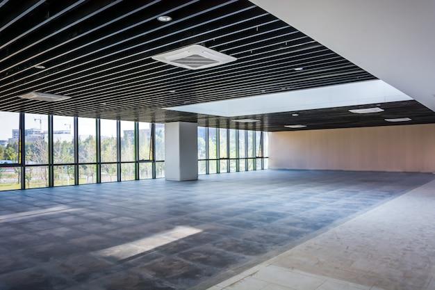 Escritório elegante vazio moderno com janelas e locais de trabalho. mídia mista