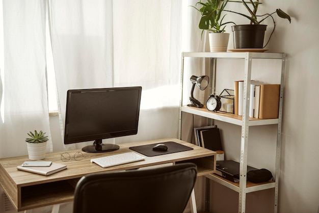 Escritório em casa com computador e estante