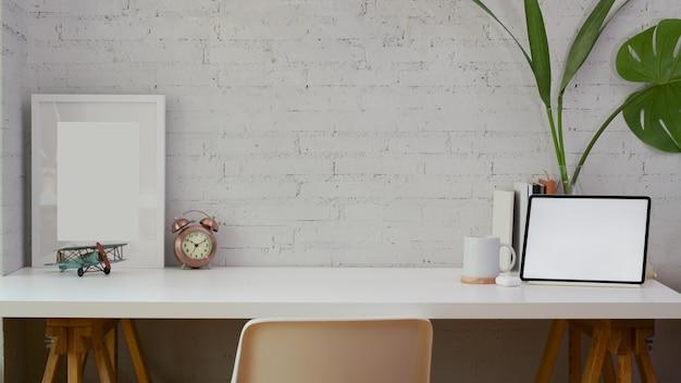 Escritório em casa confortável com espaço de cópia