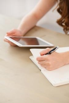 Escritório em casa. mulher na mesa