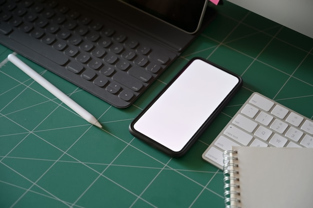 Escritório, escrivaninha workspace, em branco, tela móvel, telefone móvel, com, acessórios escritório, ligado, corte, tapete
